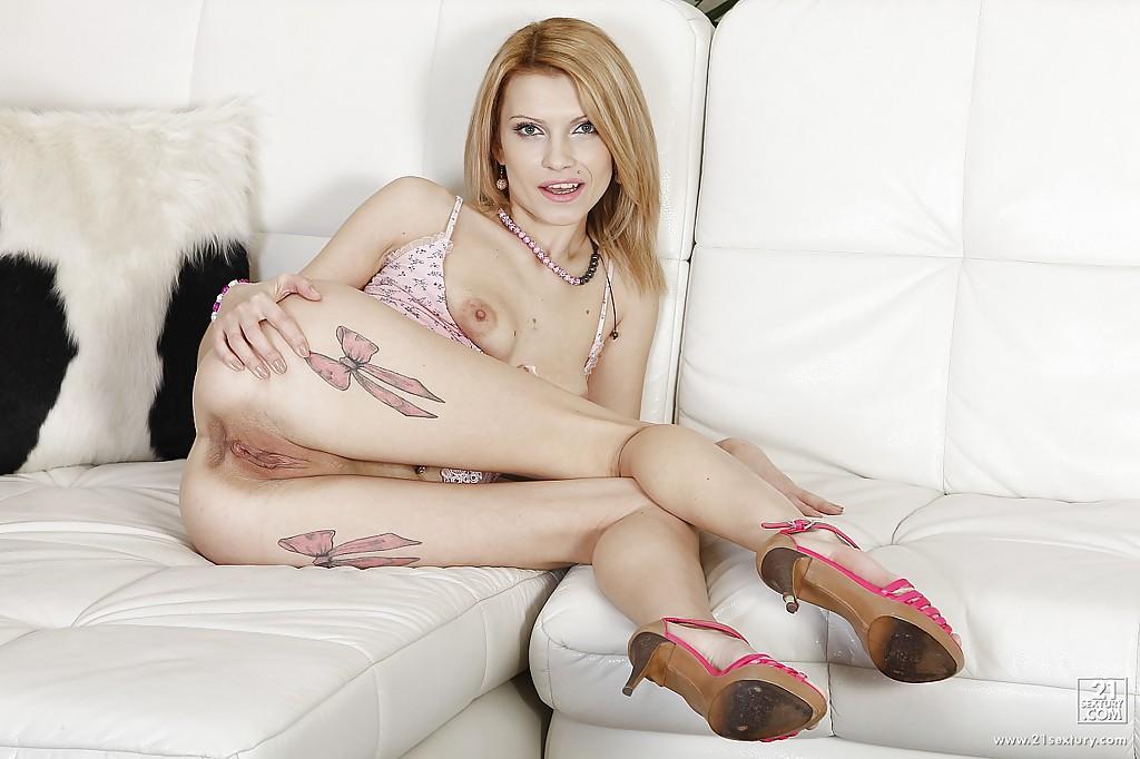 Татуированная блондиночка засовывает себе во влагалище и очко гигантский дидло