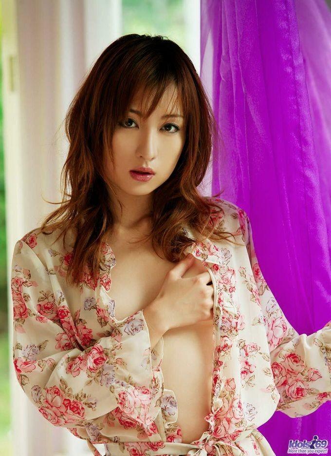 Азиатская женщина в кимоно и без стрингов