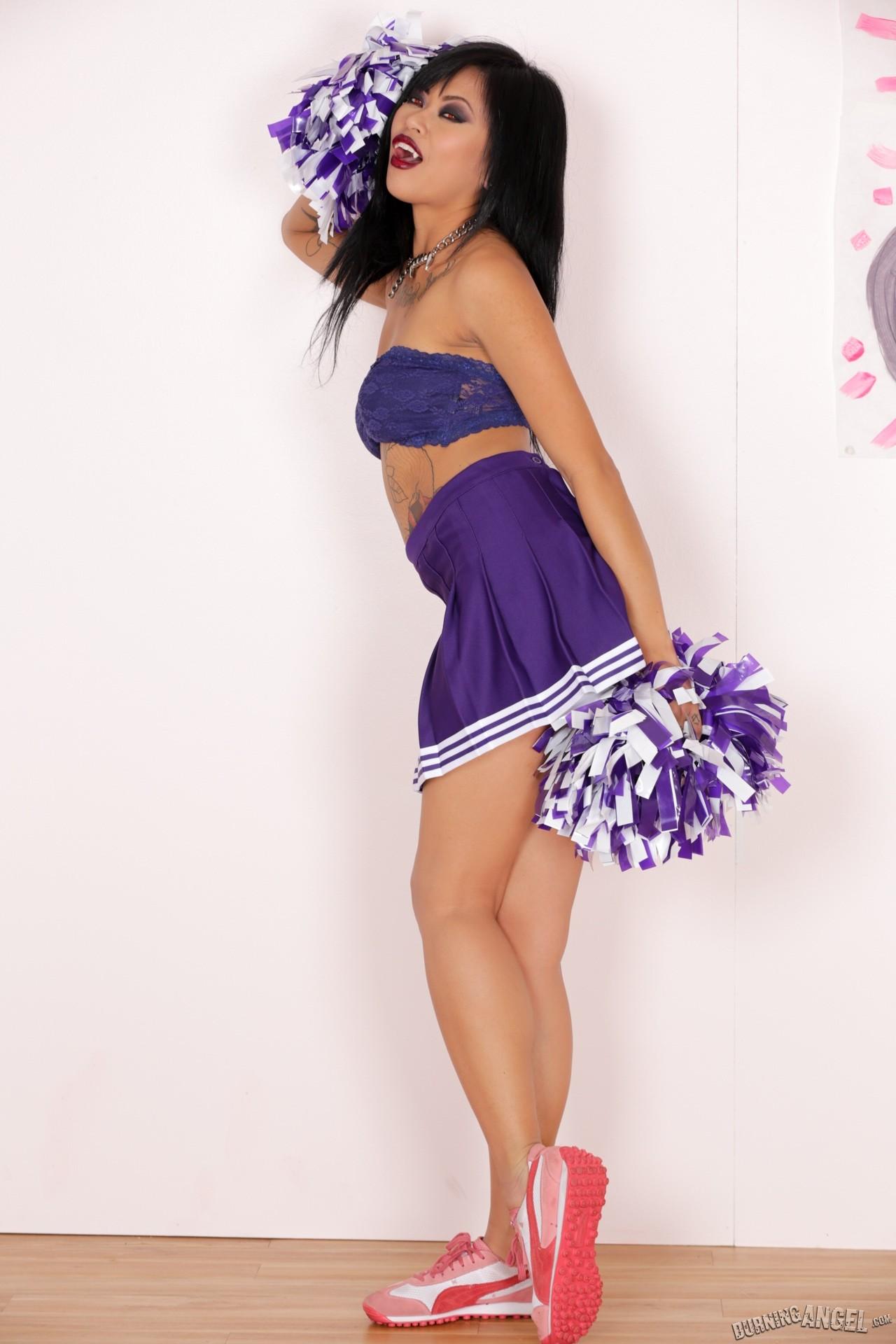 Японка Крисси Ди в униформе чирлидерши
