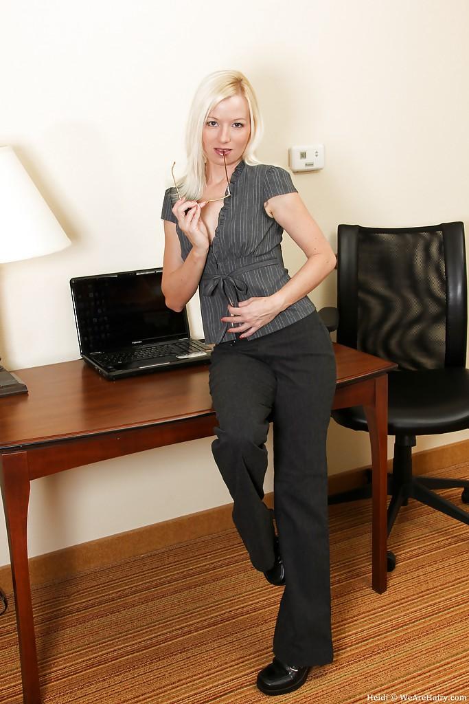 Офисная работница обнажила шефу небритую щелку