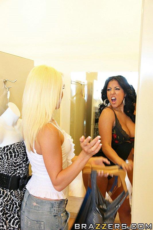 Светловолосая девушка Teagan Summers и модель с темными волосами Киара Миа занимаются лесбийским перепихоном