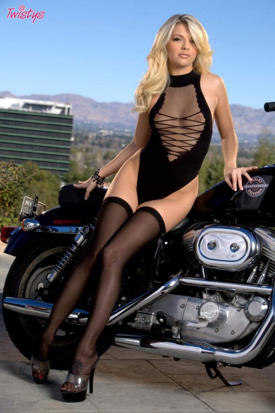 Милая светлая порноактриса Jana Jordan снимает одежду рядом с мотоциклом