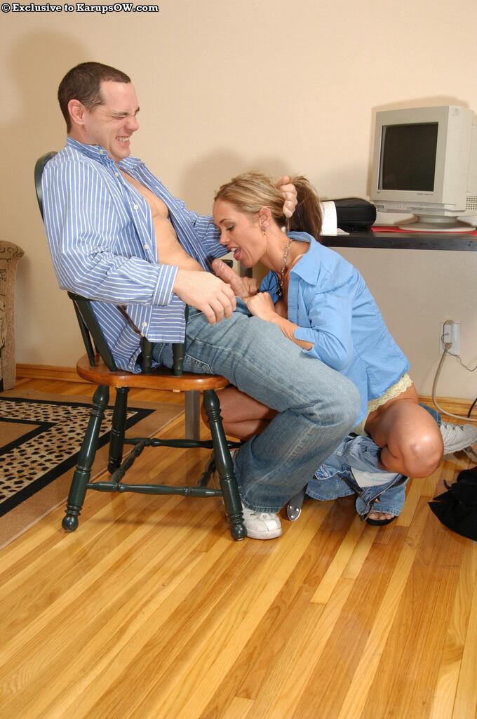 Ласковый отсос от красивой блондиночки для обожаемого супруга