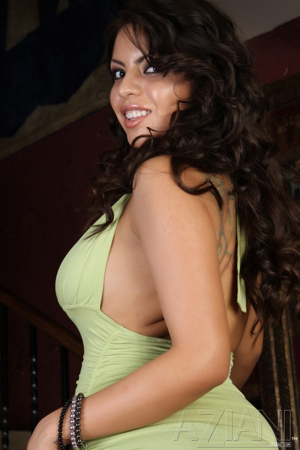 Похотливая девушка латинской внешности Yurizan Beltran показывает свои громадные титьки и пизду, не снимая своего великолепного платья