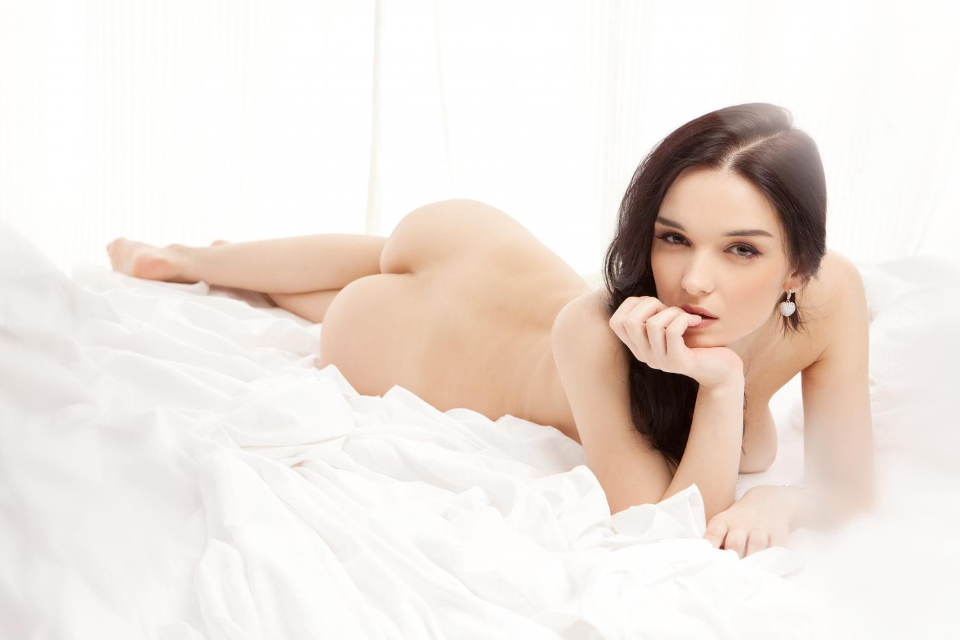 Титькастая модель с темными волосами Katie Fey трясет огромными дынями во время софткор фотосета
