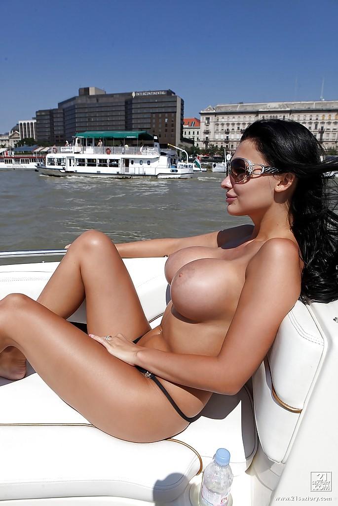 Хозяйка олигарха писает с яхты в воде