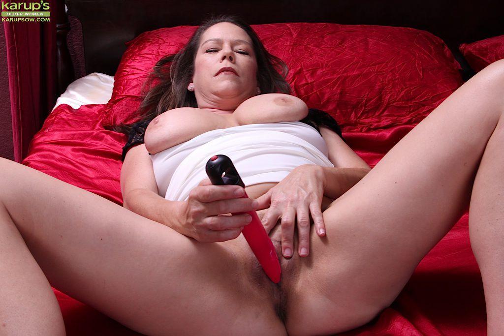 Сексапильная милфа Jane Russell грудаста и готова снять белоснежное платье