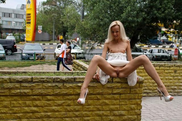 На людях худощавая блондинка показывает прелести ххх фото