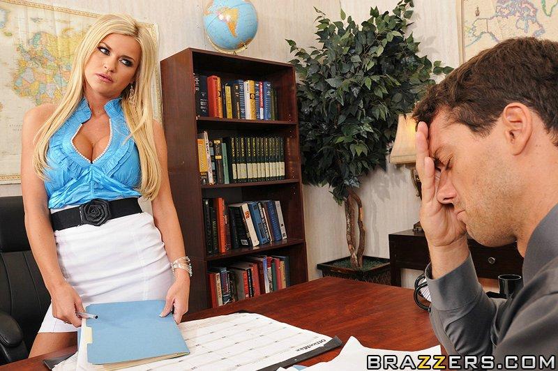 Титястая помошница отсасыват шефу