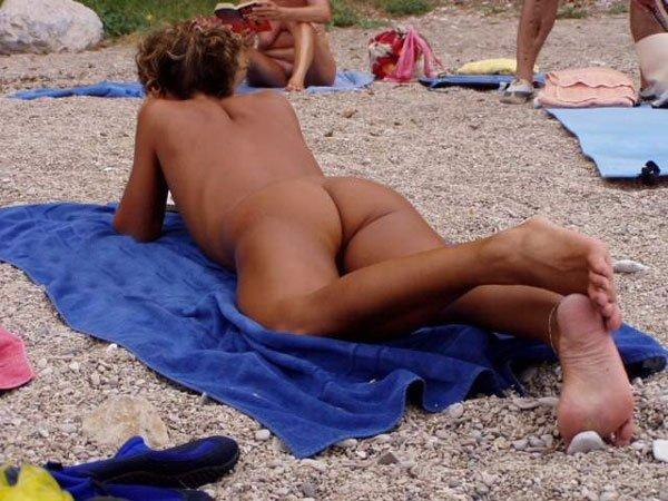 Сексуальные грудастые мамаши на песке не стесняются фоткать свои сиськи