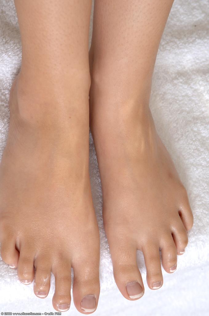 Совершеннолетняя китаянка обнажает нагую вагину и милые ступни