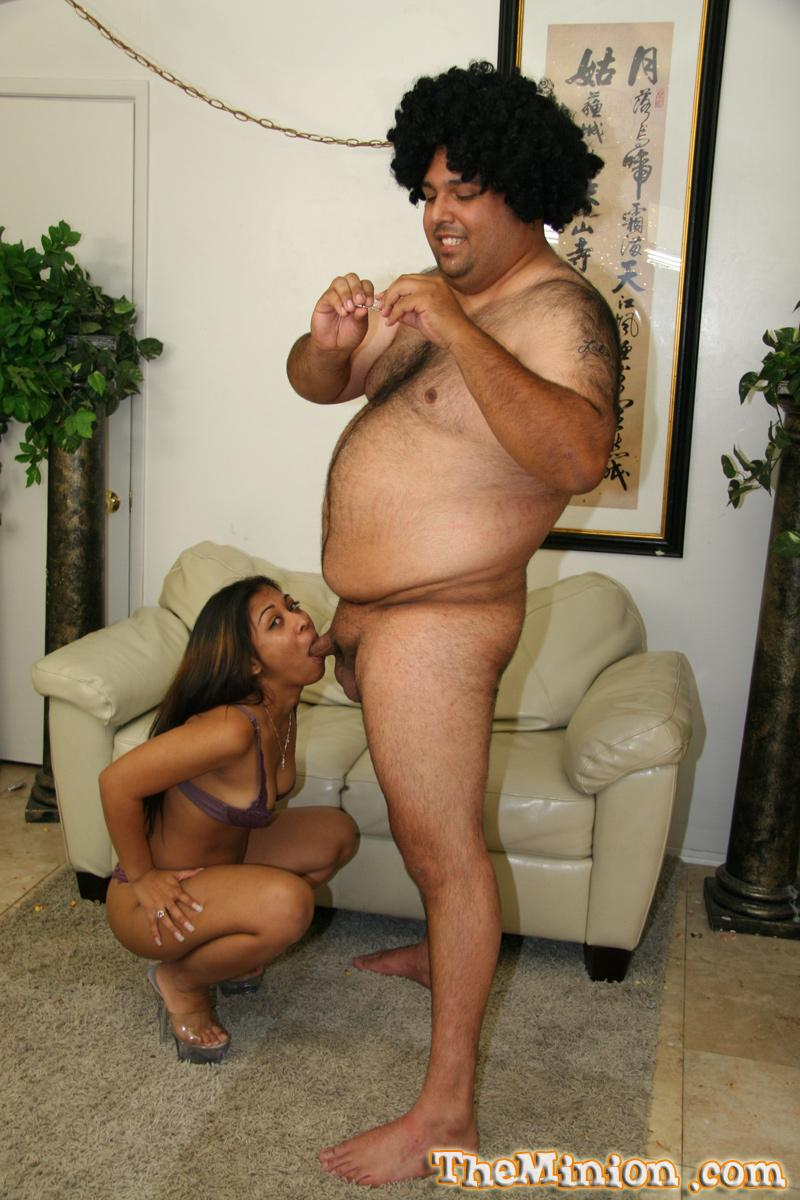 Восточная крошка Ty Enali показывает все свои навыки в отсосе толстому пареньку