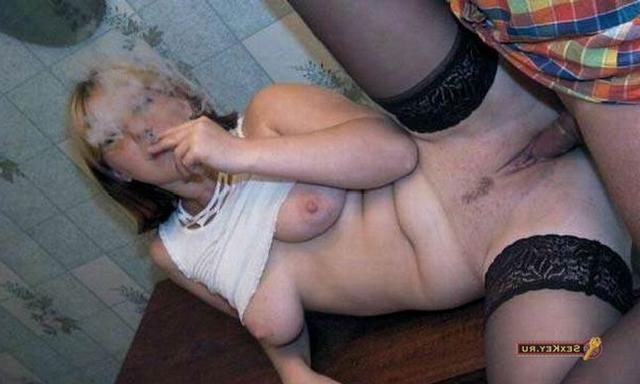 Во время полового акта тёлка закурила сигарету
