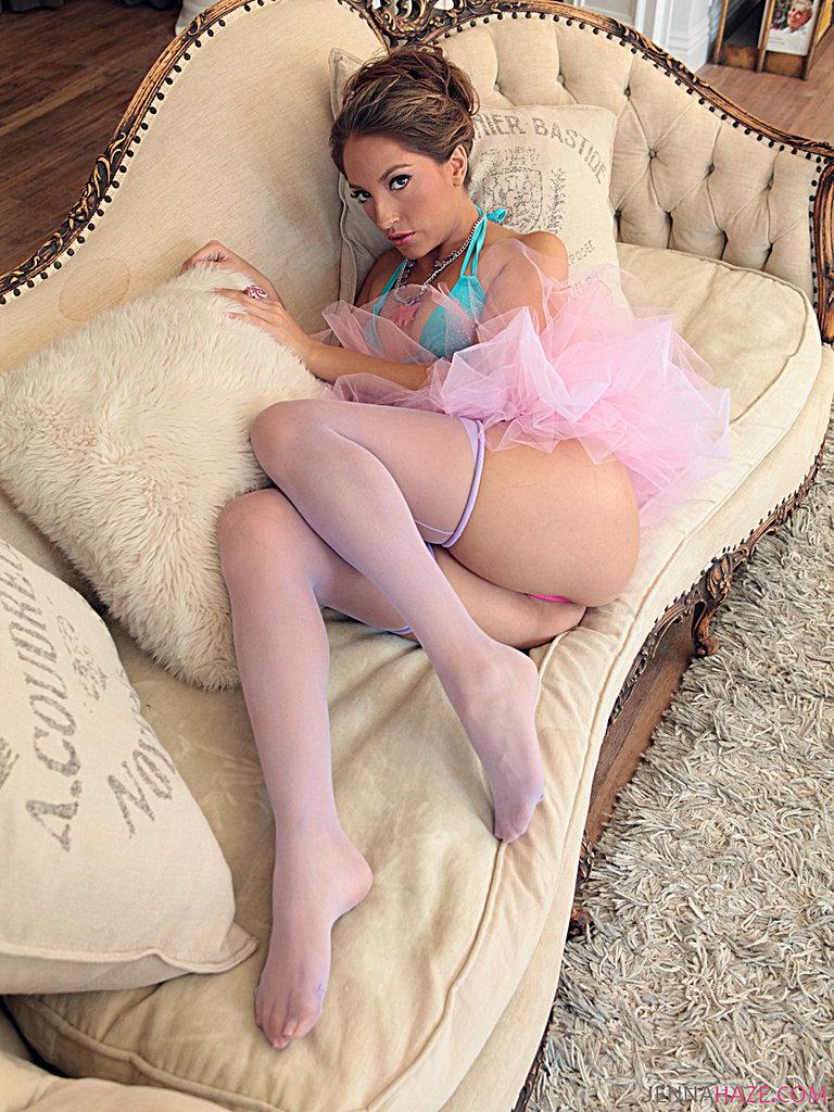 Балерина Дженна Хейз в чулках выставила свои длинные ноги и небольшие грудки