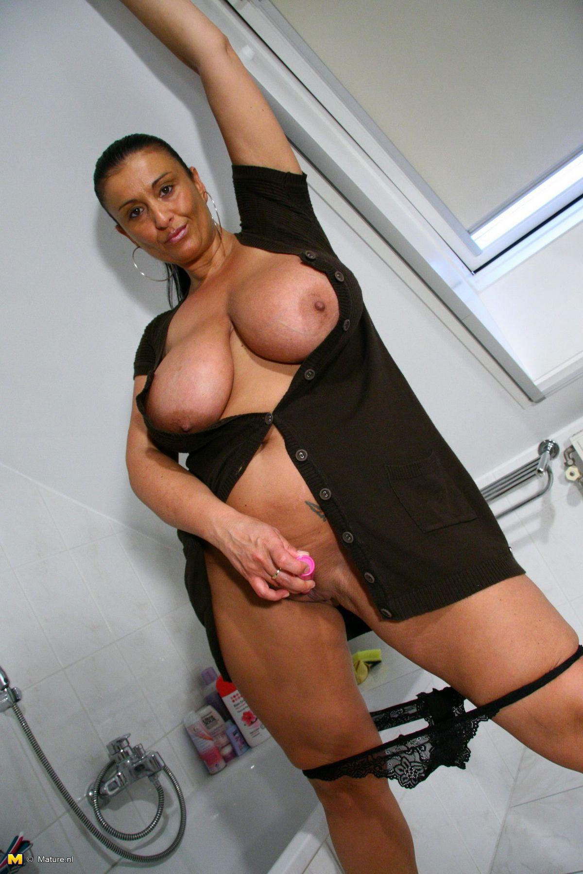 Мечтательная грудь взрослой соблазнительной особы женского пола